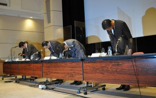 謝罪会見で頭を下げる出席者。左から東京証券取引所の川井洋毅執行役員、東京証券取引所の宮原幸一郎社長、日本取引所グループの横山隆介CIO(最高情報責任者)、東京証券取引所の田村康彦IT開発部トレーディングシステム部長