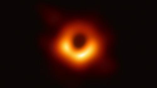 Event Horizon Telescope Collaborationが2019年に発表した、乙女座銀河団の巨大銀河中心部のブラックホール画像