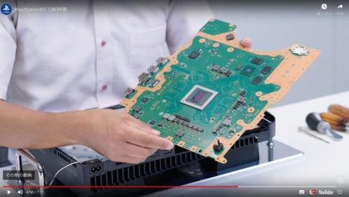 メイン基板を取り出す。同基板の中央部分に見えるのがメインプロセッサー