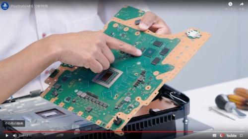 カスタムのSSDコントローラーICの位置を指さす鳳氏。同ICの周囲にSSDチップがある