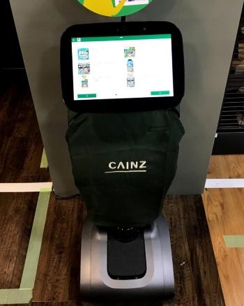 タッチパネルで商品を検索すると、ロボットが陳列棚まで案内する