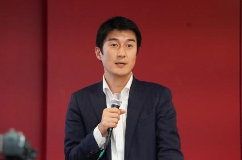記者会見するCureApp社長の佐竹晃太氏