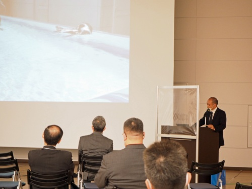 図3 特別講演で説明する物質・材料研究機構の内藤昌信氏