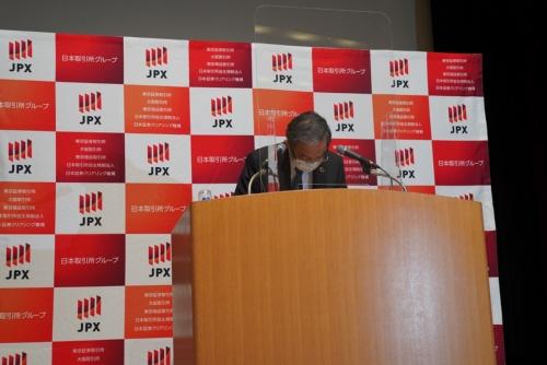 会見冒頭で謝罪をするJPXの清田瞭最高経営責任者(CEO)