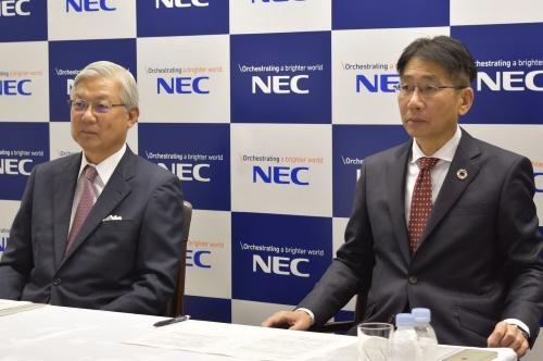 NECの新野隆社長兼最高経営責任者(CEO)(左)と次期社長の森田隆之副社長兼最高財務責任者(CFO)