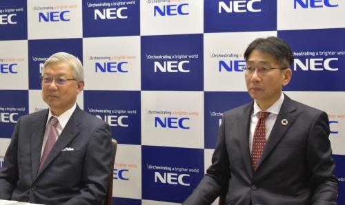 会見で質疑に答える新野隆社長(左)と次期社長に内定した森田隆之副社長兼CFO(財務最高責任者)