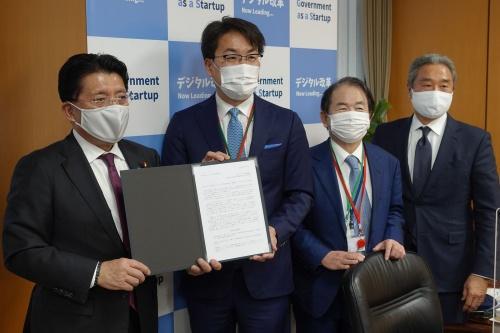 平井卓也デジタル改革担当大臣(左から1人目)に電子インボイス普及に向けた提言を提出する3社のトップ。左から2人目から弥生の岡本浩一郎社長、オービックビジネスコンサルタントの和田成史社長、SAPジャパンの内田士郎会長