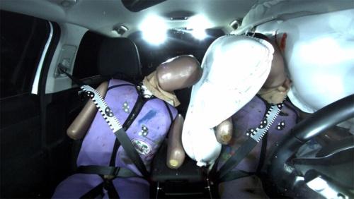 「Sorento」の側面衝突試験でセンターエアバッグが作動する様子