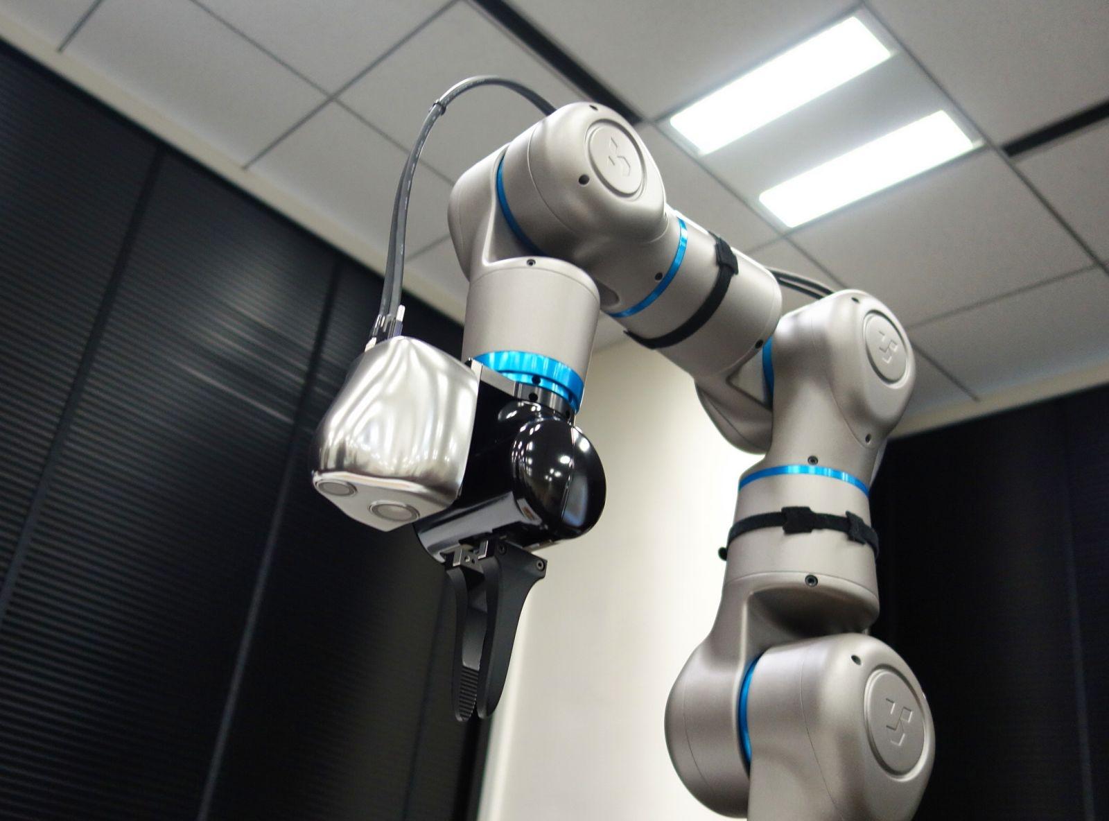ロボットアームの先端付近に搭載できる 質量460gと軽い(撮影:日経クロステック)