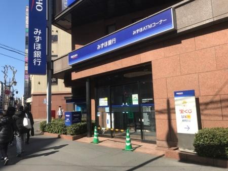 みずほ銀行の店舗。入り口にポールが立てられていた