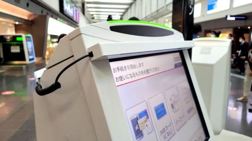 画面のふちに設置した日本エアロスペースの赤外線センサー「エアクリック」