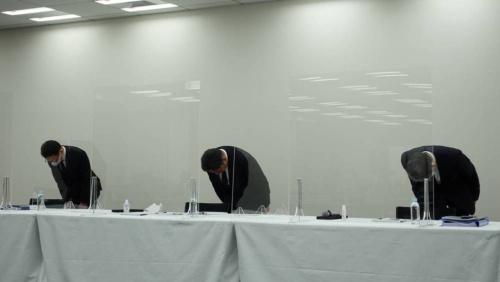 謝罪するSCSK役員。左から工藤敏晃常務執行役員金融システム事業部門長、谷原徹社長、福永哲弥取締役専務執行役員