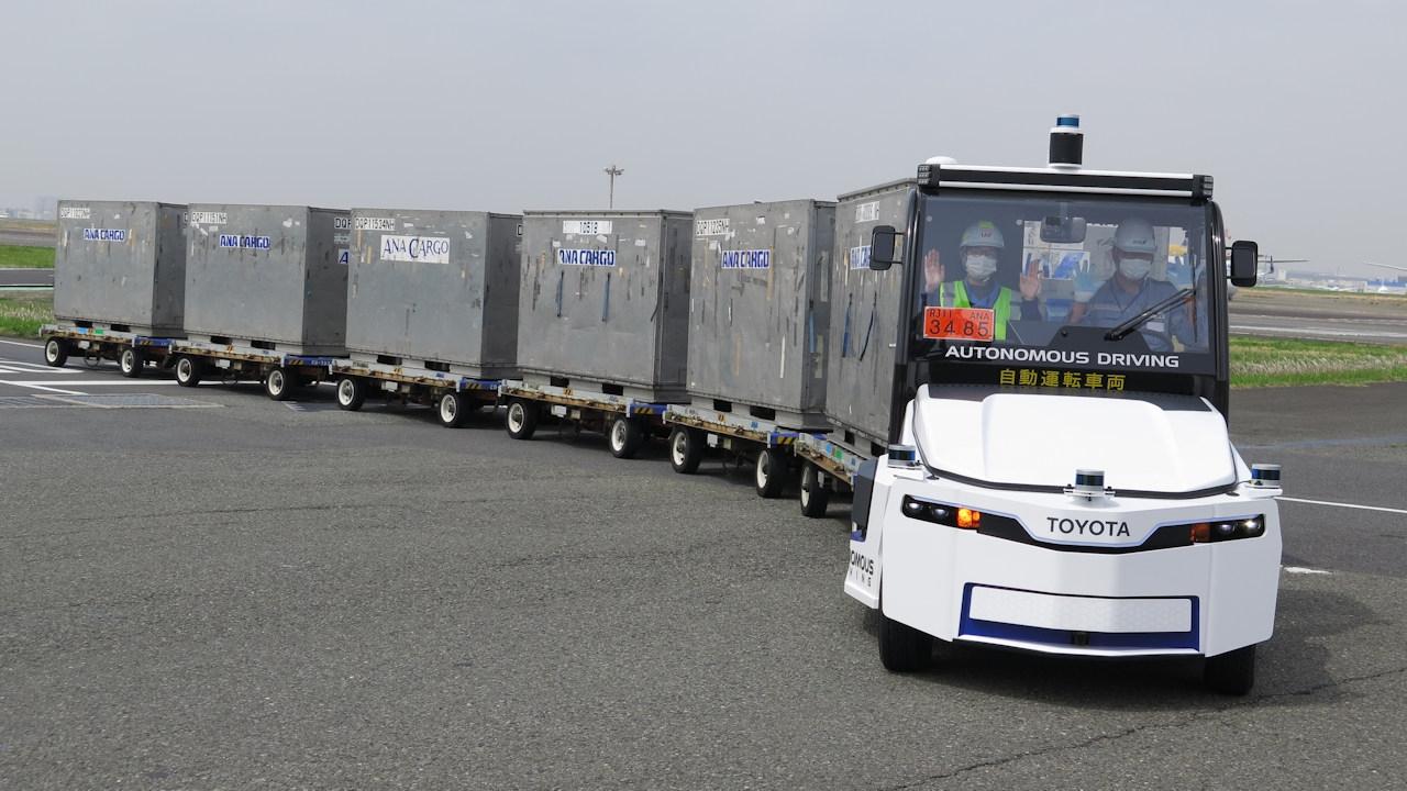 羽田空港の制限エリア内をレベル3相当の自動運転で走行するトーイングトラクター(けん引車) (撮影:日経クロステック)