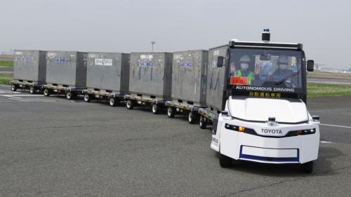 羽田空港の制限エリア内をレベル3相当の自動運転で走行するトーイングトラクター(けん引車)