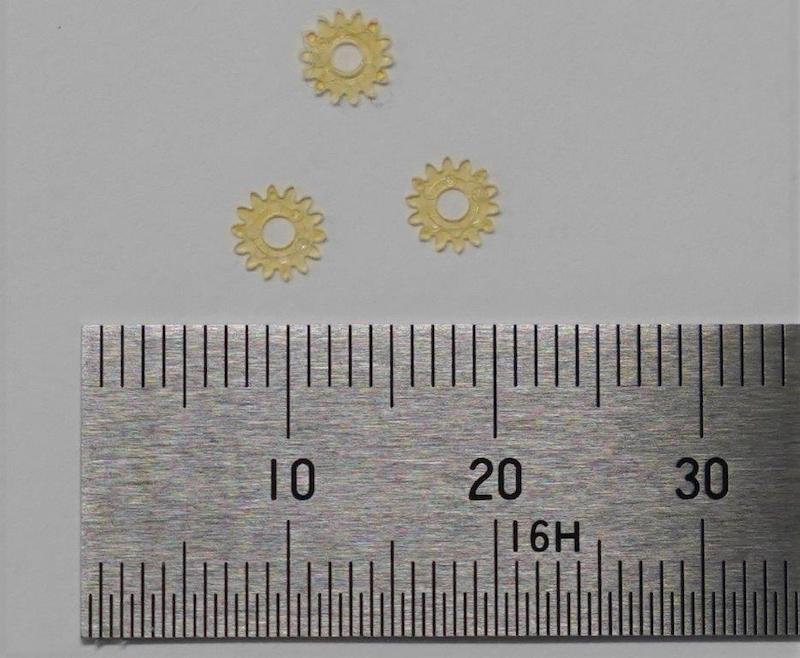 図5:パラレジンの成形例2 セイコーエプソンが精密部品の成形テストを実施した。(出所:ユーグレナ・セイコーエプソン・NEC)