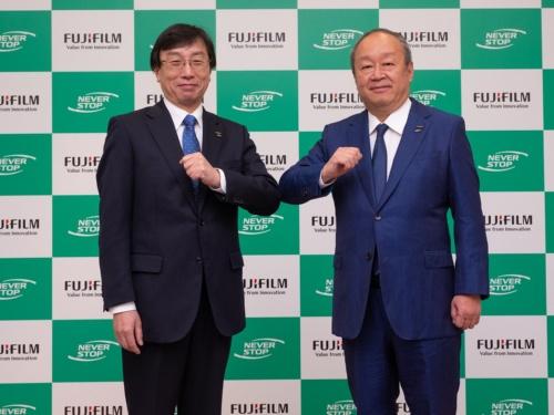 富士フイルムホールディングス次期社長の後藤禎一取締役(右)と富士フイルムヘルスケアの山本章雄社長(左)