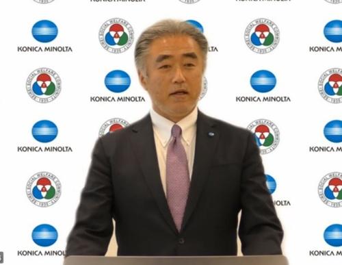 記者会見で説明するコニカミノルタ専務執行役の藤井清孝氏