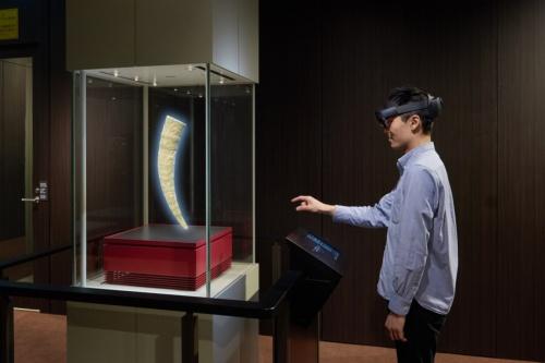 現物の作品がない展示ケース内に、スマートグラスを通して作品が表示されているイメージ