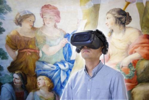 鑑賞者がVR(仮想現実)ゴーグルを装着し、フランス国立図書館(BnF)の「Galerie Mazarine(マザラン・ギャラリー)」を仮想的に回遊するイメージ