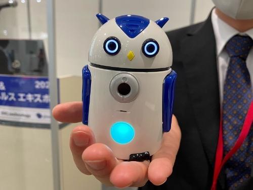 認知症予防サービスに使うミミズク型AIロボット「ZUKKU」