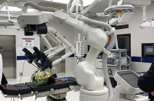 MeDIPでロボットが模擬手術する様子