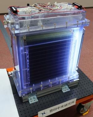 豊田中央研究所が開発した電極寸法が36cm×36cmの人工光合成装置