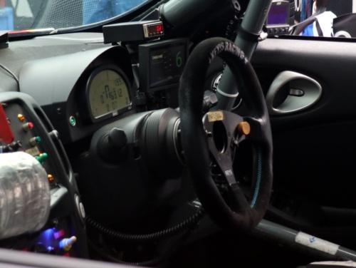 富士24時間レースの参戦車両のハンドル前に装着された車載ディスプレー。平常時は自車の順位(この場合は6位)を表示する