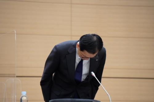 記者会見冒頭で謝罪するみずほフィナンシャルグループ(FG)の坂井辰史社長