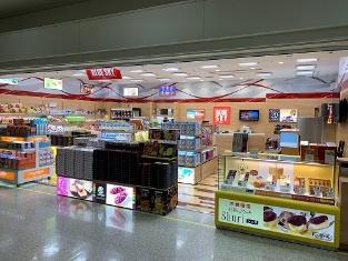 図:JALUXが運営する「BLUE SKY」のショッピングバッグのイメージ(左)と、那覇空港店舗(右)
