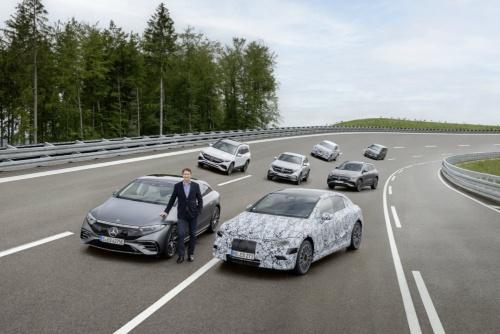 「EQ」シリーズ(左)の前に立つDaimlerおよびMercedes-Benz会長のOla Källenius氏