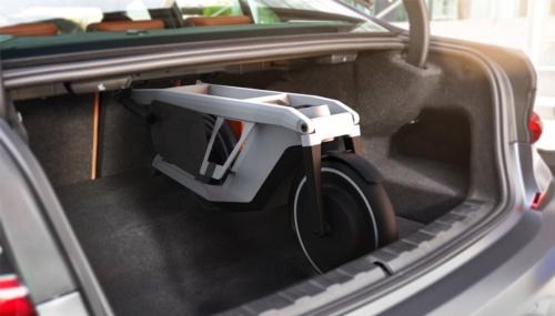 電動スクーターCLEVER COMMUTE:BMW「3シリーズ」の後席背もたれを折り畳まなくてもトランクの縦方向に収まる