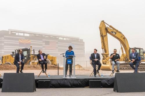 Intel CEOのPat Gelsinger氏(左から2人目)、アリゾナ州知事Doug Ducey氏(右から3人目)らがセレモニーに出席