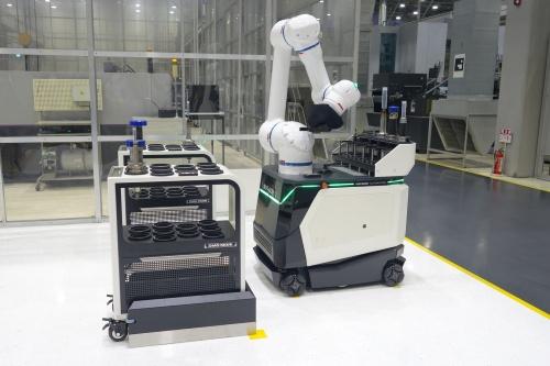 協働ロボットを搭載したAGV「WH-AGV5」
