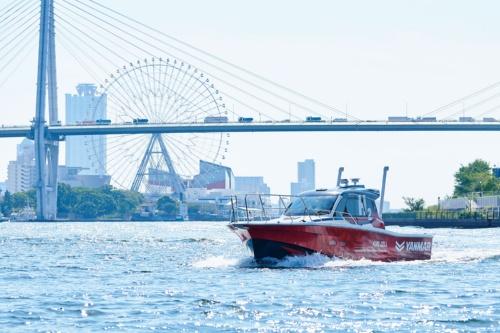 図1 大阪湾を航行する水素燃料電池試験艇