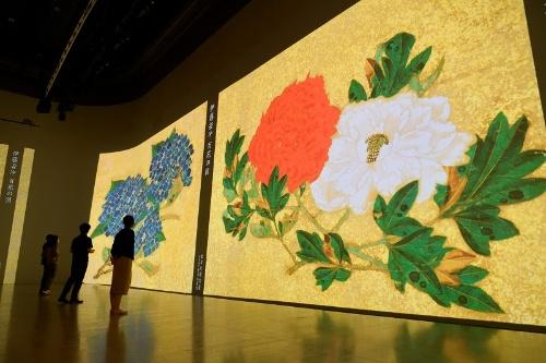 観客を取り囲むように設置された3面ワイドのスクリーンは間近から見上げても上部まで鮮明で、安土桃山時代から江戸時代を生きた絵師たちの息遣いを感じさせる(写真はテスト投影の様子)