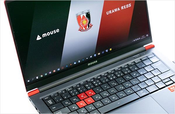赤く塗られたREDSキー。浦和レッズとマウスコンピューターのロゴが配された壁紙がプリインストールされているほか、ダウンロードして使える壁紙も用意している。