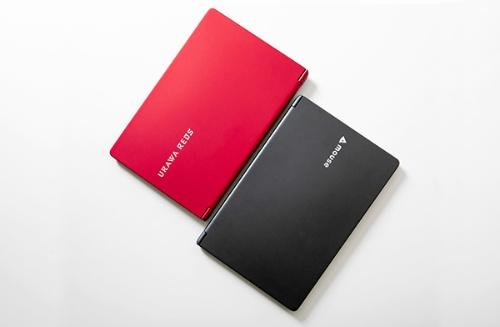赤いボディにシルバーのロゴが輝く浦和レッズオフィシャルパソコン「mouse X4-B-URDS」。高性能CPU搭載で、長時間駆動バッテリーを内蔵したX4シリーズをベースにしているため、デザイン性ばかりでなく、ビジネスでの活用に貢献する性能を兼ね備えている