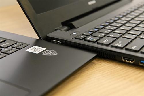 従来、ビジネス向けモバイルノートPCとして提供していた13.3型の旧モデル(右)に比べて、本体が薄くなった14型「MousePro NB4」(左)。厚さ約16.9mmなのに、モバイルユースで求められる頑丈さを備えるため、衝撃・高温・低温・温度変化・湿度・振動などに関するMIL規格(MIL-STD-810G)に準拠した信頼性テストをクリアしている