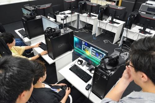 マウスコンピューターの「DAIV」で自作したゲームをプレイする学生たち