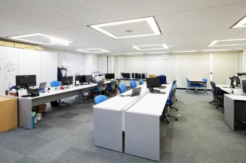 第一電子の神戸営業所の風景。マウスコンピューターのPCとiiyamaの液晶ディスプレイを導入し、フリーアドレスを実現した